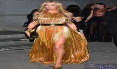 """باريس هيلتون تبدو أنيقة في فستان ذهبي…: تألقت النجمة باريس هيلتون، في حفلة """"amfAR""""، التي أقيمت لتكريم الأشخاص الذين قدموا مساهمات بارزة في…"""