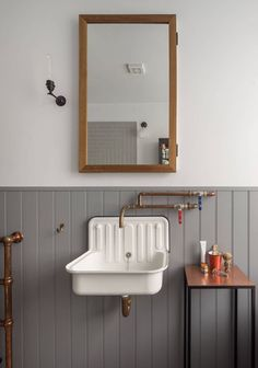 Take your bathroom design into the realm of industrial home design with these inspirational bathroom designs and industrial bathroom accessories. Industrial Bathroom Design, Vintage Industrial Decor, Industrial House, Bathroom Interior, Industrial Style, Lavabo Vintage, Ideas Baños, Decor Ideas, Futuristisches Design