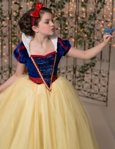 Halloween costumes for girls - Snow White Halloween Costumes For Girls, Halloween Kostüm, Girl Costumes, Robes Disney, Disney Dresses, Crochet Baby Clothes, Cute Baby Clothes, Princess Tutu Dresses, Flower Girl Dresses