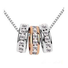Cadena de plata con tres colgantes en forma de anillos,color plata&oro con cristales incrustados.