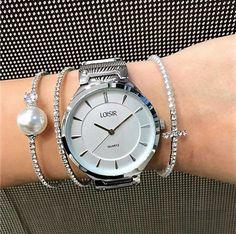 Nieuw😍!! Het populaire Jazz dameshorloge is nu ook in het zilver verkrijgbaar! Het klokje zit erg fijn om de pols en heeft een stevige en krasbestendige mesh horlogeband. Een horloge van hoge kwaliteit, voor een betaalbare prijs. Voor nog geen 59 euro kan je jezelf of een dierbare verwennen met dit wel hele leuke horloge! Ga naar www.aperfectgift.nl of link in bio . . .