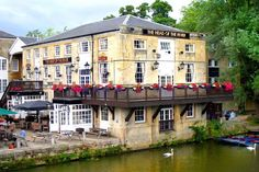 Enjoying a prime location right on the River Thames, The Head of the River is one of the best pubs in Oxford. With waterside seats offering fine views, this is a blissfully relaxed spot to eat, drink and even stay - thanks to our 12 beautiful guestrooms.