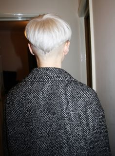 platinum blonde v-shaped bowl cut (hard to pull off, ladies!) by marcie Short Hairstyles For Women, Hairstyles With Bangs, Cool Hairstyles, Hair Inspo, Hair Inspiration, Bowl Haircuts, Edgy Pixie, Really Short Hair, Corte Y Color