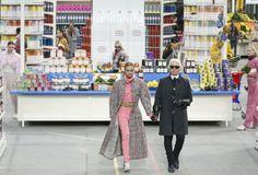 Lagerfeld ließ Models durch Supermarkt wandeln - Der für seine ausgefallenen Modeschauen bekannte Designer Karl Lagerfeld hat sich für seine neueste Präsentation ein dem Alltag nachempfundenes Dekor ausgesucht. Hier ist der Modeschöpfer mit Model Cara Delevingne zu sehen. Mehr dazu hier: http://www.nachrichten.at/nachrichten/society/Lagerfeld-liess-Models-durch-Supermarkt-wandeln;art411,1322501 (Bild: EPA)