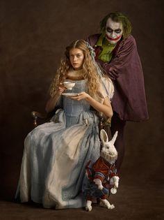 Alicia y el Joker tomando té. Fotografía Sacha Goldberger