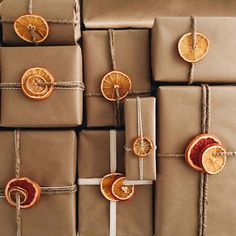I've had a tray of dehydrated fruit sitting on our counter for the last week that honestly was probably never going to make it into garland (because so I used it for last minute wrapping instead! Thanks for the idea Creative Gift Wrapping, Creative Gifts, Wrapping Gifts, Cute Gift Wrapping Ideas, Brown Paper Wrapping, Winter Christmas, Christmas 2019, Christmas Gift Wrapping, Christmas Gifts