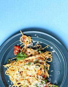 Alt-i-ett spaghetti med tomater og basilikum