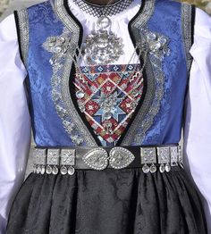 Rukkastakk, Bringduk i blått silkeliv Stakken er laga i to-skaft og det er folda ( Foldadås) eller rynka (Rukkastakk). Norwegian Clothing, Grandma Dress, Norwegian Vikings, Norwegian Style, Costumes Around The World, Folk Dance, Scandinavian Art, Folk Costume, Historical Clothing