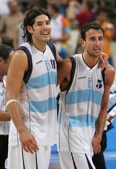 Luis Scola y Emanuel Ginobili celebran la victoria de Argentina sobre Estados Unidos en la semifinal de Baloncesto masculino de los Juegos Olímpicos Atenas 2004 (EFE)