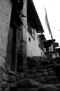 リンチェンガンは山にへばりつくようにある村で、村の見学にはひたすら坂道を登っていく。@Yattokame!さんの旅行記