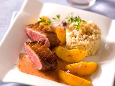 Découvrez la recette Magret de canard aux pêches fraîches sur cuisineactuelle.fr.