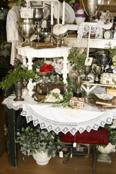 Booth Crush: 5 Easy Tips for Staging A Booth Like a Pro Vintage Display, Vintage Store Displays, Antique Booth Displays, Flea Market Displays, Antique Booth Ideas, Antique Mall Booth, Flea Market Booth, Craft Booth Displays, Booth Decor