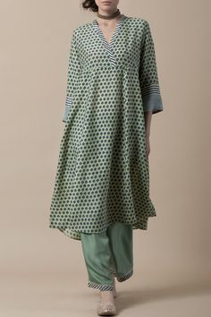 Good Earth - LAILA Handblock printed kurta in silk modal with a striped placket, and pattern of chevrons on the sleeve cuffs, teamed with a habutai silk farshi. Indian Attire, Indian Wear, Indian Outfits, Kurta Designs, Blouse Designs, Kurta Style, Kurta Neck Design, Indian Designer Suits, Creation Couture