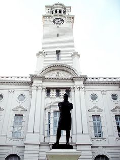 Sir Stamford Raffles in front of Victoria Theatre and Concert Hall, Singapore.  THE LIBYAN Esther Kofod www.estherkofod.