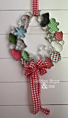 Christmas Wreath: DIY Christmas Wreathes and Holiday Door Hangers. Starting to think about Christmas Decorations? Start your Christmas off right with a fun, funky or beautiful Christmas Wreath. decor idea DIY Christmas Wreathes and Holiday Door Hangers Wreath Crafts, Diy Wreath, Christmas Projects, Holiday Crafts, Wreath Ideas, Wreath Hanger, Christmas Ideas To Make, Door Wreaths, Fabric Wreath