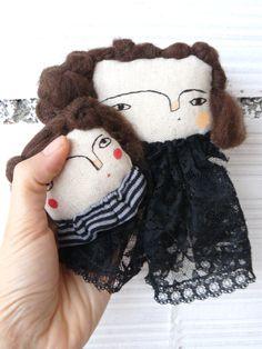 Madre e hija. Dos cabezas de muñecas decorativas para colgar en la pared o utilizarse como broche. de AntonAntonThings en Etsy
