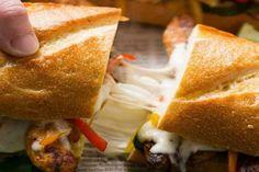 Este sándwich se ha convertido en uno de los más populares en el mundo, incluso quizás alguna vez lo hayas preparado sin saberlo. La maravillosa combinación del pollo con pimentones y quesoderretido por encima, es capaz de seducir a cualquiera, a menos que sea vegetariano. Sigue leyendo y prepárate para preparar esta delicia.</p>