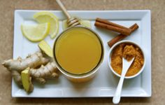 Turmeric tea is a natural medicine with anti-inflammatory and antioxidant properties that can help improve our overall health. Turmeric, also known as Curcuma longa in the scientific world, is a rhizomatous herbaceous perennial plant from the Tumeric And Ginger, Turmeric Root, Ginger Tea, Benefits Of Fennel, Indian Home Remedies, Clean Your Liver, Tea For Colds, Fennel Tea, Cinnamon Chips