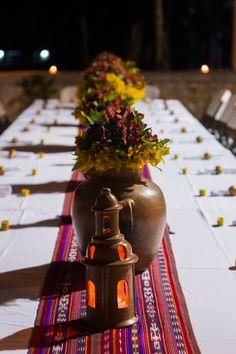 Event Design+Styling: Decor&Planning Florales: Astromelias en tono rojos y amarillos con detalle de follajes. Bases: Cúpulas y vasijas de barro, camino de mesa típico en una mesa imperial