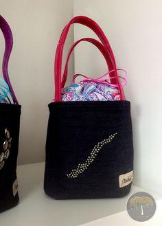 Lunch Bag - korálkový Z limitované edice Exclusive Collection. Základem se stala černá džínovina, doplněná růžovými lesklými uchy, dekorovaná kovovými korálkami. Její krása je podtržena fialovo-tyrkysovo-růžovou vnitřní vrstvou. Vnitřní strana Lunch Bagu je opatřena speciálním nepromokavým, ale zároveň velmi luxusním materiál, aby nedocházelo k nějakým ... Lunch Box, Bags, Handbags, Taschen, Purse, Purses, Bag, Totes, Pocket