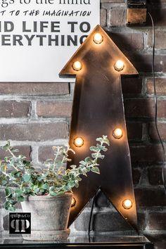 Pijl met verlichting. Een van de simpelste vormen mogelijk en toch heel mooi. Met zeven lampjes met E12 fitting. Prachtige decoratie en functioneel licht.