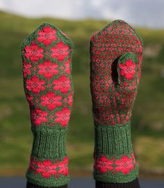 Ravelry: Britta mitten pattern by Johanne Landin to go with hat I just pinned in… Knitted Mittens Pattern, Crochet Mittens, Fingerless Mittens, Knitted Gloves, Knitting Socks, Hand Knitting, Knit Crochet, Knitting Machine, Mittens