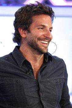 Bradley Cooper: Looks like those buttons are ready to pop! Best Undercut Hairstyles, Cool Hairstyles For Men, Celebrity Hairstyles, Haircuts, Doll Hairstyles, Easy Hairstyles, Jennifer Esposito, Bradley Cooper Haare, The Hangover