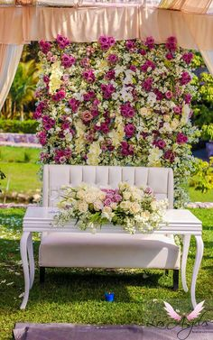mesa de novios con pared de flores para boda romántica