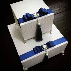 Lembranças para Pais e Padrinhos. . #atelielembrandocomamor #caixa #caixapersonalizada #lembrancapadrinhos #lembrancinha #gift #mimospersonalizados #mimosparacasamento #caixabranca #caixaemtecido #caixinha #box #lembrancadeluxo #caixaparapais #caixaparapadrinhos #caixaparamadrinhas Diy Gift Box, Diy Box, Peacock Centerpieces, Shabby Chic Boxes, Cigar Box Crafts, Sweet Box, Wooden Gift Boxes, Wedding Gift Boxes, Decoupage Box