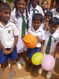 een jongentje was trots dat hij een balon had gekregen (Sri-Lanka)
