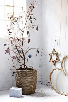 Christmas means lots of fun and some unique decor ideas for your home. Modern interiors demand minimalist yet contemporary Christmas decoration. And, it starts with the tree! You need not opt for a heavy Christmas tree infused with shiny baubles Nordic Christmas, Natural Christmas, Christmas Mood, Noel Christmas, Modern Christmas, Beautiful Christmas, Christmas Crafts, Simple Christmas, Christmas Hallway