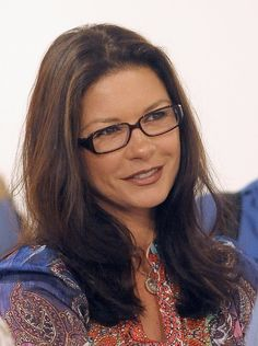 Another one of my favourite International Actresses - Swansea, West Glamorgan, Wales-born, Academy & Tony Award - Winning Welsh Actress Catherine Zeta-Jones (Catherine Zeta Jones Catherine Zeta Jones, Celebrities With Glasses, Celebrity Glasses, Harriet Andersson, Wearing Glasses, Zooey Deschanel, Old Hollywood Glamour, Gorgeous Women, Beautiful