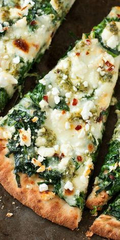Three Cheese Pesto Spinach Flatbread Pizza :: Aiming to eat more veggies? This Three Cheese Pesto Spinach Flatbread Pizza packs an entire box of spinach into one gloriously cheesy single-serving pizza! Three Cheese Pesto S Flatbread Pizza Recipes, Pesto Pizza, Pizza Cheese, Naan Pizza, Pan Pesto, Flatbread Ideas, Grilled Flatbread Pizza, Vegetarian Pizza Recipe, Vegetarian Meal