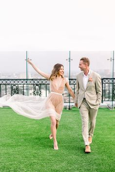 With Los Angeles in the background, this sunny and vibrant wedding at The London Hotel West Hollywood is the perfect summer wedding inspiration Wedding Dress Topper, Sheer Wedding Dress, Wedding Dresses, Tulle Wedding, Chic Wedding, Wedding Couples, Summer Wedding, Rooftop Party, Rooftop Wedding