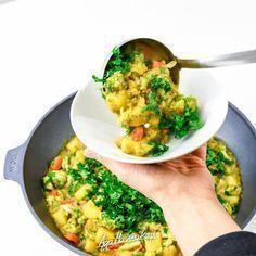 Dania jednogarnkowe to moje ulubione dania. Najczęściej kwalifikują się one również do kategorii: resztki z tygodnia. Zwykle w woku czy garnku ląduje u mnie wszystko to, na co nie mam innego pomysłu. I efekty są pyszne! Grunt to odpowiednio doprawić… Diet Recipes, Vegetarian Recipes, Gluten Free Recipes, Cooking Recipes, Healthy Recipes, Healthy Snacks, Healthy Eating, Czech Recipes, Nutella