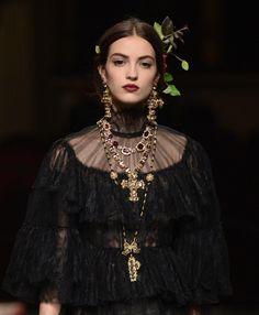 Les bijoux croix baroque de Dolce & Gabbana Alta Moda Spring 2016 Couture The baroque cross jewelry of Dolce & La Fashion Week, Runway Fashion, Trendy Fashion, High Fashion, Fashion Show, Fashion Design, Fashion Trends, Trendy Style, Editorial Fashion