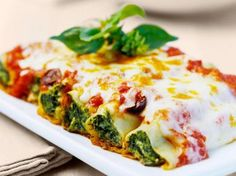 Cannelloni with spinach and ricotta filling - Noodles always go! These cannelloni filled with spinach and ricotta are an Italian delight. The sim - Veggie Recipes, Pasta Recipes, Vegetarian Recipes, Snack Recipes, Dinner Recipes, Cooking Recipes, Healthy Recipes, Snacks, Cheese Recipes