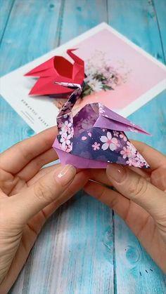 Instruções Origami, Origami Videos, Paper Crafts Origami, Paper Oragami, Origami Gifts, Origami Fish, Origami Flowers, Diy Crafts Hacks, Craft Ideas