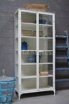 Apothekerskast 10005 - Industriële apothekerskast in de kleur wit. De kast heeft zowel aan de voor- als zijkanten glas waardoor de kast luchtig oogt. Een stijlvolle vitrinekast met vijf houten legplanken.