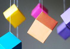 http://my-diy.fr/enfants/un-mobile-en-cubes-de-papier/
