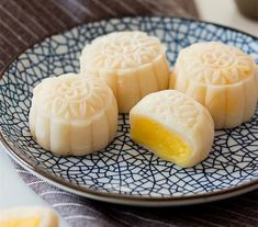 Snow Skin Mooncake for coming mid-autumn day In Vietnam, we eat mooncakes during Mid-autumn festival every year. Traditional Chinese Snow Skin Mooncake with creamy custard filling Mooncake Recipe, Dango Recipe, Baking Recipes, Dessert Recipes, Authentic Mexican Recipes, Custard Filling, Filling Recipe, Filling Food, Asian Desserts