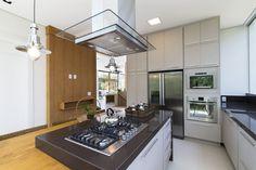 Modern kitchen in metallic and wood - homeyou ideas #kitchen
