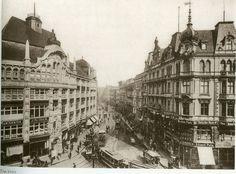 1910 - Blick vom Hackeschen Markt in die Rosenthaler Straße.  Da hatte sich die Ecke links schon verändert, wobei das jetzt das Gebäuse sein dürfte, hinter denen heute die Hackeschen Höfe zu finden sind.