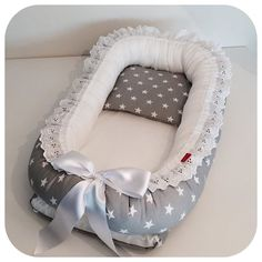 Baby nest PLUS sleeping pod babynest co von BloomBlossomBaby Diy Y Manualidades, Baby Mobile, Baby Bassinet, Crochet Bebe, Quilt Baby, Baby Kind, Baby Needs, Baby Sewing, Baby Accessories