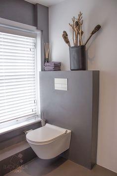 Moderne badkamer in Ulicoten met wandcloset en voorwand bekleed met beton-cire #badkamerstudio #badkamerstudiobreda