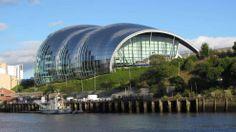 Vom bekannten Architekturbüro Foster + Partners stammt der Entwurf für den Veranstaltungskomplex Sage Gateshead in Gateshead (Großbritannien)