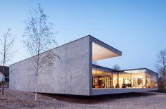 比利時建築師 Benny Govaert 與 Damiaan Vanhoutte 運用細框鐵件玻璃帷幕,優雅詮釋客餐廳及臥房的落地窗,導入充沛採光的同時,屋主全家也能將四周綠意美景盡收眼底,讓來此度假的心情格外開闊明朗,能徹底放鬆、好好享受僻靜恬然的郊區住宿時光。
