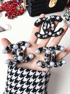 Bead Embroidery Jewelry, Beaded Embroidery, Hand Embroidery, Embroidery Designs, Fashion Drug, Chanel Fashion, Chanel Decor, Chanel Bracelet, Chanel Brooch