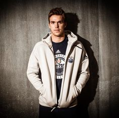 So doesn't want to be in this picture. Poker face hasn't improved Connor McDavid Connor Mcdavid, Hockey Room, Stanley Cup Champions, Edmonton Oilers, Athletic Men, Pittsburgh Penguins, Hockey Players, Ice Hockey, Cute Guys