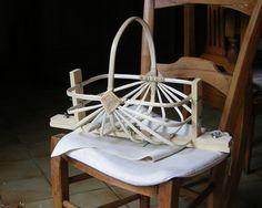"""ma """"caisse"""" à outils avec mon premier tistalh. Un gabarit pour le tressage Un gabarit peut être utilisé pour débuter la vanneie. avec un petit tistalh ....... avec un panier rectangulaire. Des gabarits pour former les anses ou le tour du panier, pour..."""